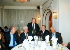 O Πρόεδρος του Συλλόγου κ. Μπερεδήμας Παναγιώτης επισκέπτεται το τραπέζι με τους ιατρούς Καρκαλέτση Κων/νο,Γκριζιώτη Αστέριο και Χρυσάφη Αντωνίου.