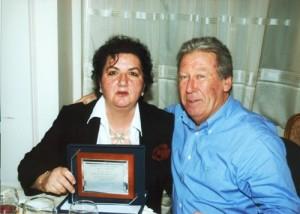 Η νέα συνταξιούχος ιατρός κ. Σαββίδου Μελανία με τον σύζυγό της.