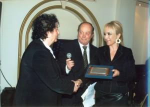 Η Αντιπεριφερειάρχης Ν.Πιερίας κ. Σοφία Μαυρίδου απονέμει την τιμητική πλακέτα στην συνταξιούχο ιατρό Σαββίδου Μελανία